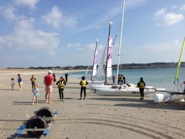 Printemps au Club Nautique du Rohu... on est même en maillot sur la plage des Goh Velins !