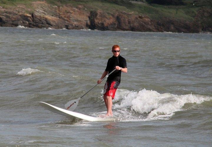 Club Nautique du Rohu - Nicolas fait du paddle dans les vagues