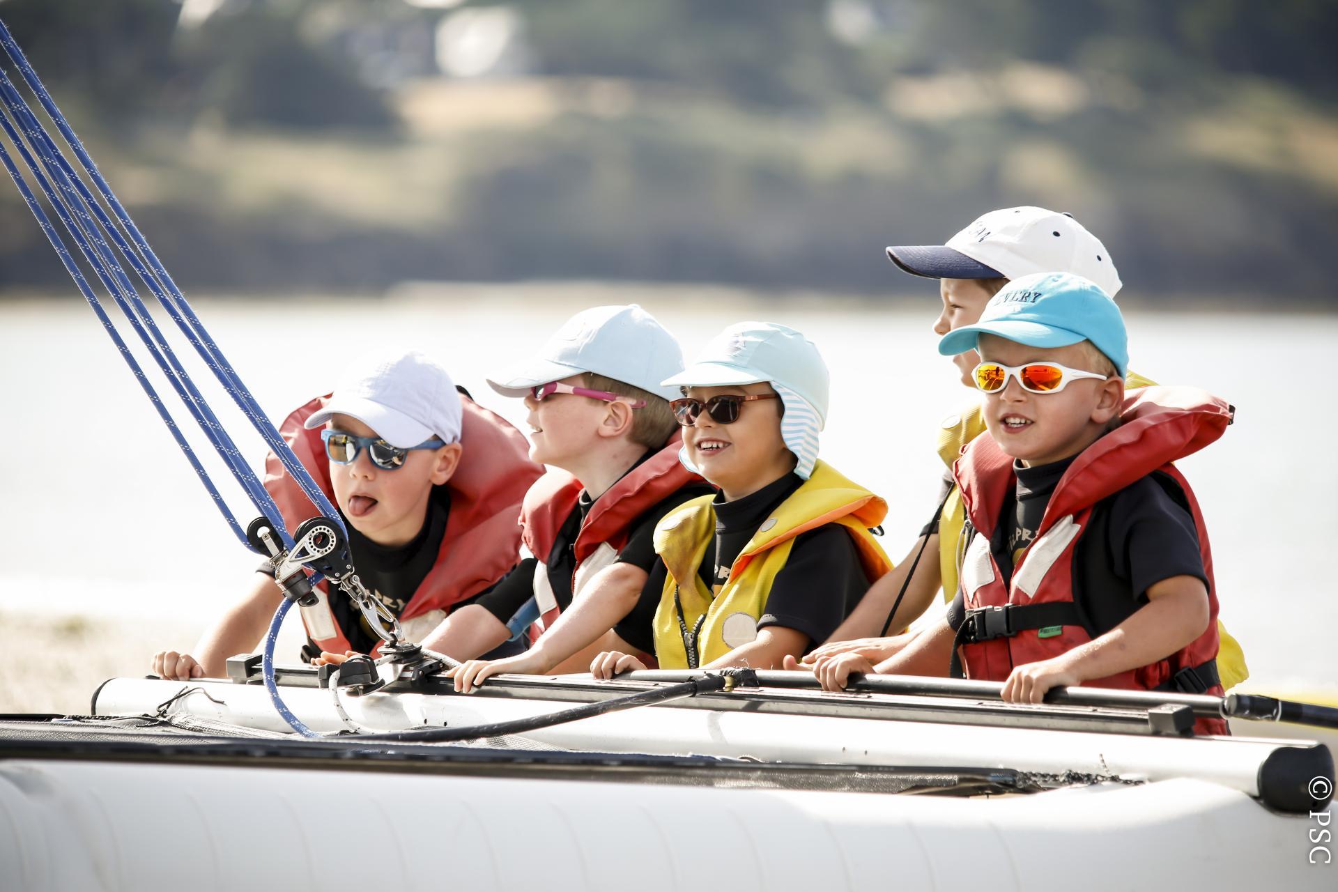 Club Nautique du Rohu - Les moussaillon se prépare à embarquer à bord d