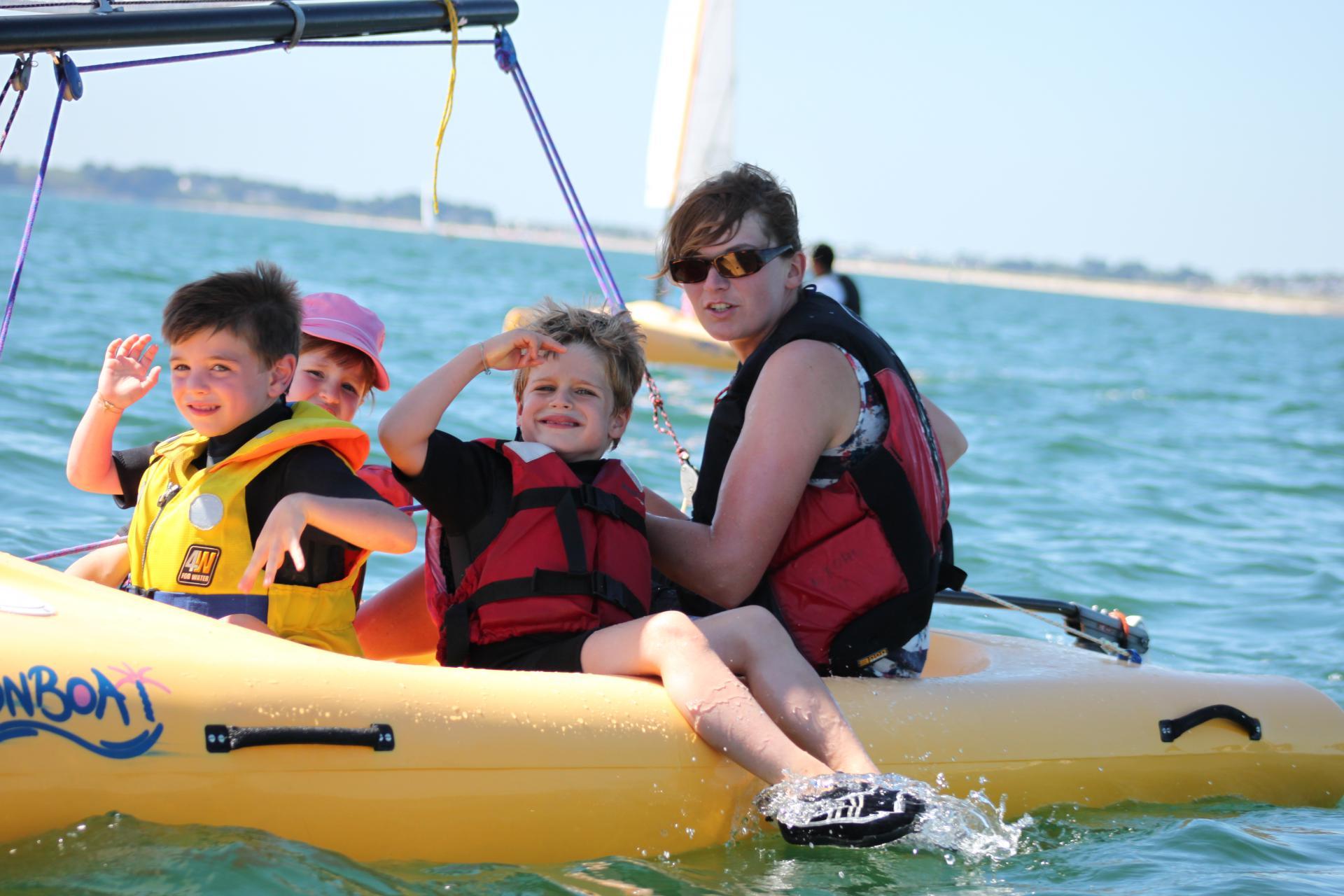 Club Nautique du Rohu - Les moussaillons sont de sortie en Funboat accompagnés de leur monitrice