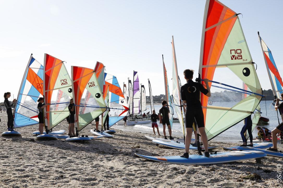 Club Nautique du Rohu - Cours de planche à voile, briefing à terre