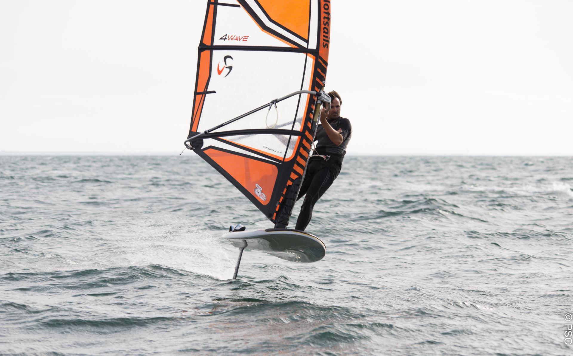 Club Nautique du Rohu - Xavier en planche à voile sur foil