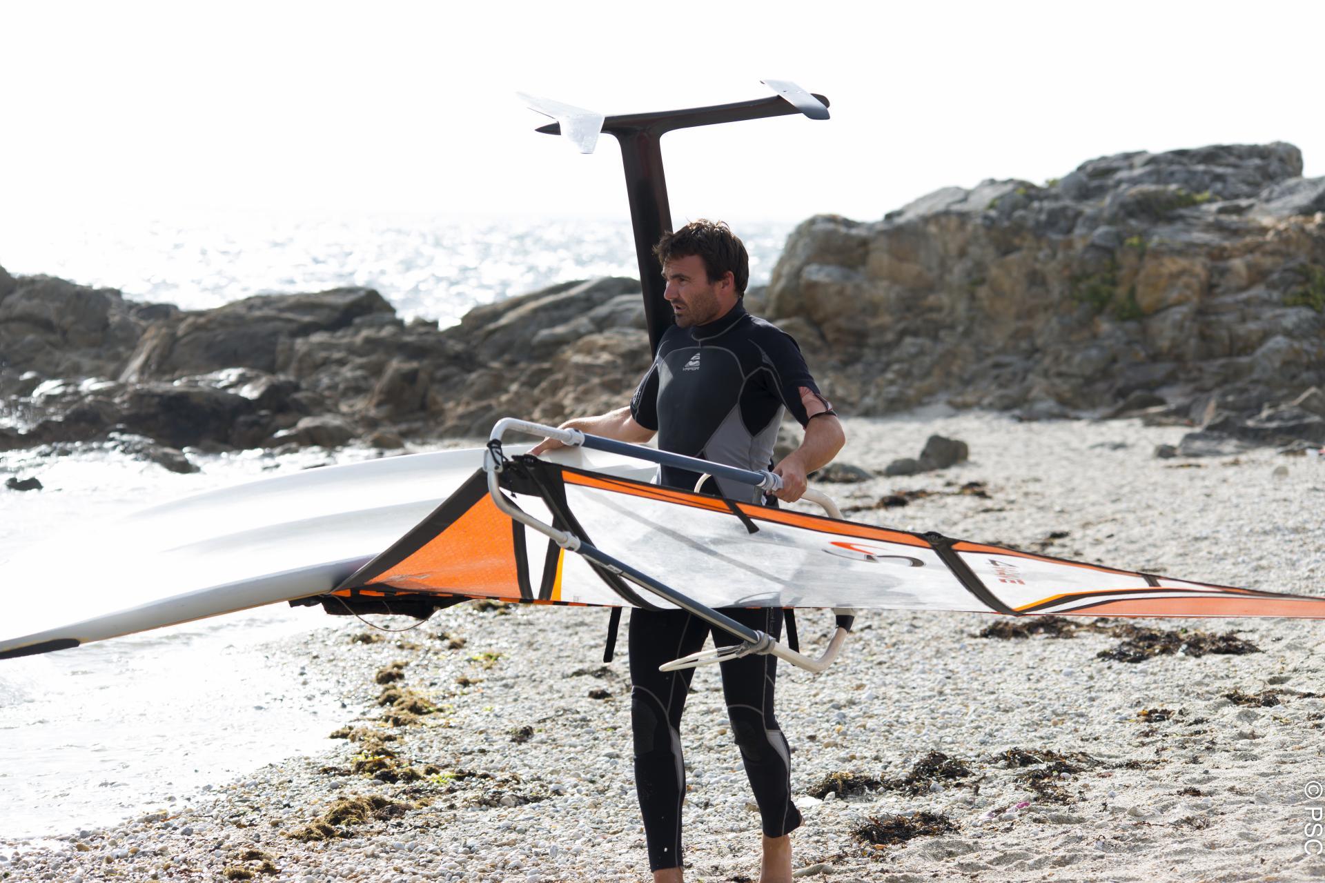 Club Nautique du Rohu - Xavier en planche à voile avec foil