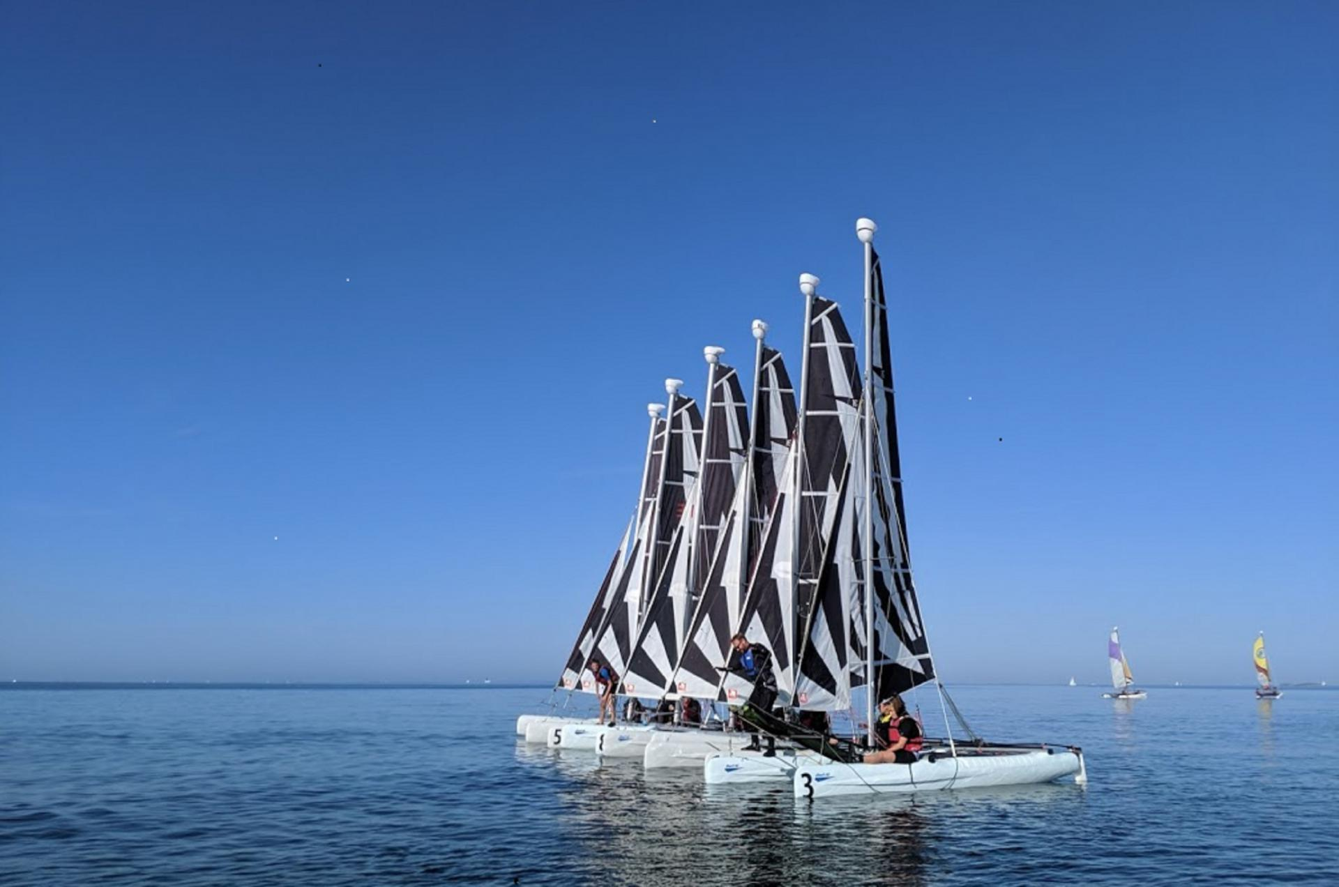 Sortie ressourçante en catamaran, Dart 16 entre collègues au Club Nautique du Rohu, Morbihan, Bretagne