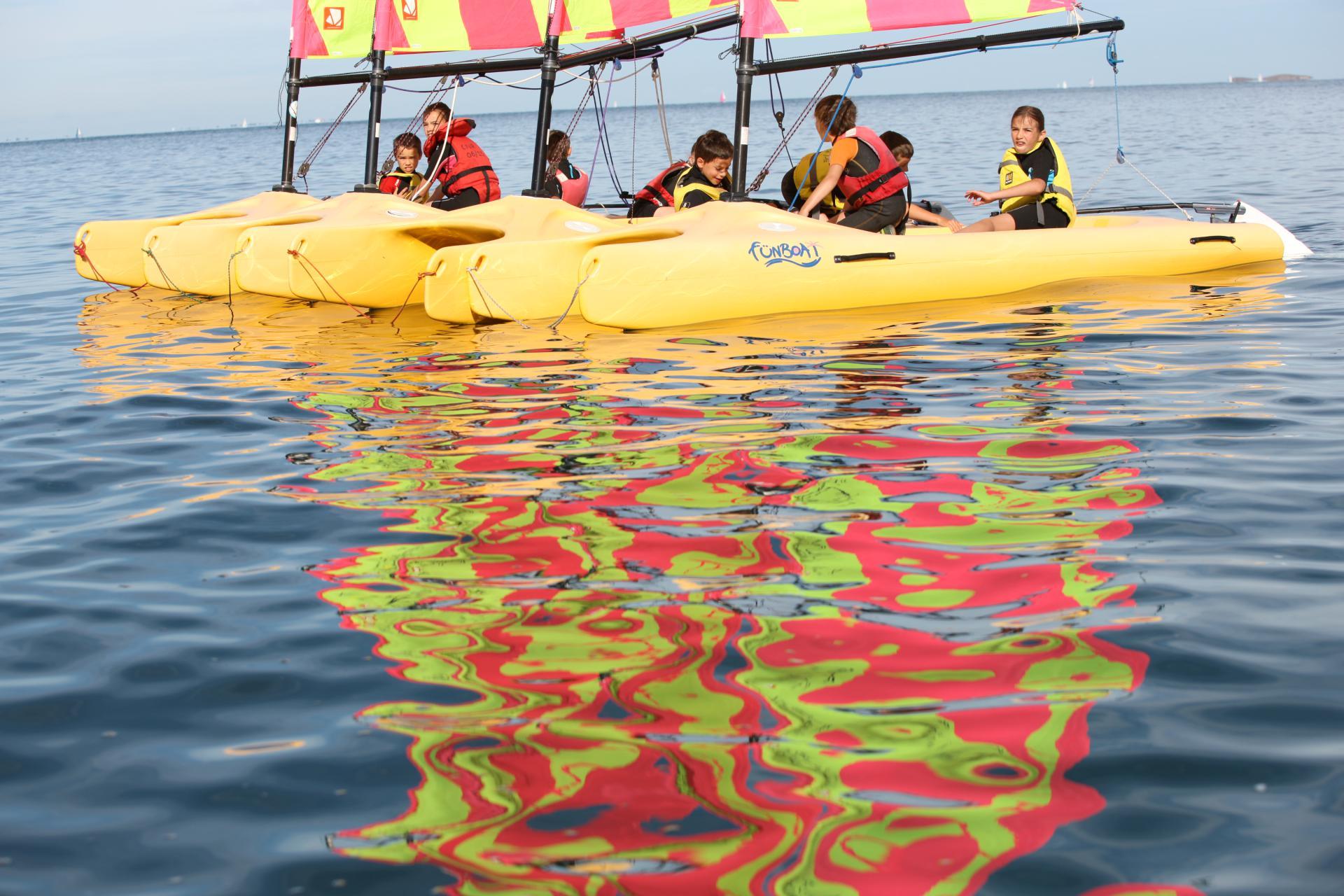 Petite pause au calme en Funboat pour ces élèves au Club Nautique du Rohu, Morbihan, Bretagne